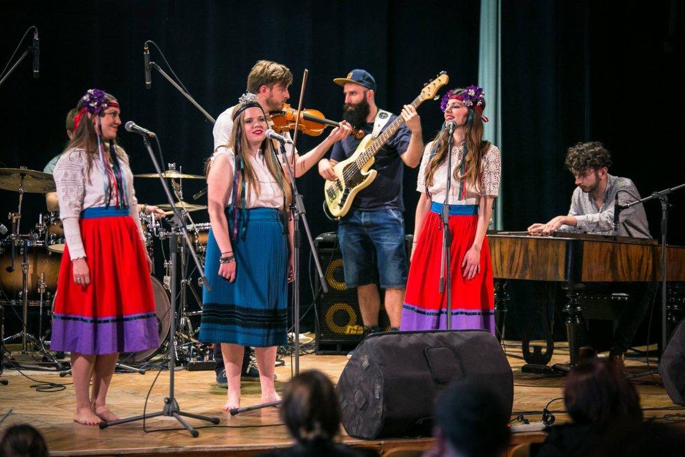 Slováci na Crossroads, tri talentované kapely sa v Ostrave predstavili zahraničným expertom BOMBING 2
