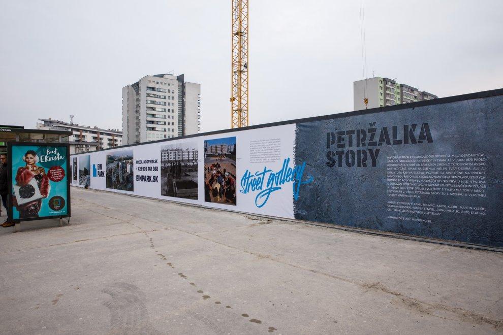 Netradičná galéria na plote prináša Petržalský príbeh na raritných fotografiách BOMBING 2