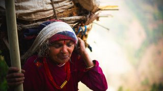 babka s plnym kosom dreva na hlave, Nepal, Matej Cerulik uprava