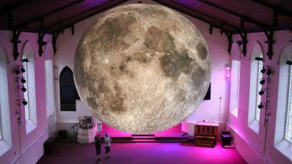 Luke Jerram_Múzeum Mesiaca1_Medická záhrada