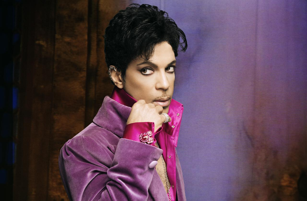 Prince opäť prekvapuje. Kašle na svoje zvyky a zverejňuje videá z koncertov BOMBING